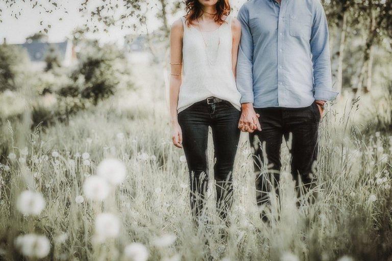 Paarfotos Paarfotografie hält Händchen Paarshooting augenscheinlich