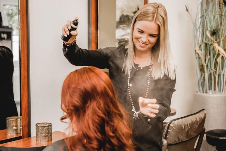 Businessfotografie Businessfotos Dresden Werbefotografie Friseurin Haarspray augenscheinlich