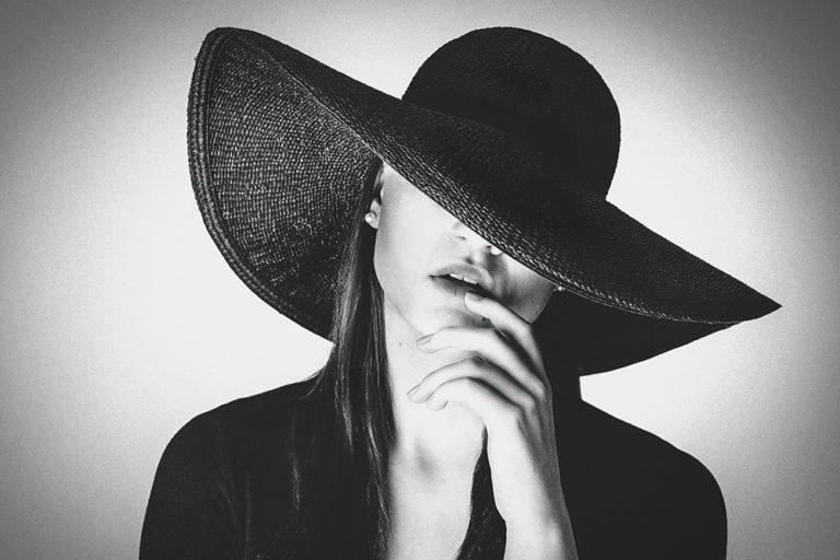 Portraitfotos Portraitfotografie Dresden Frau mit Hut schwarzweiss augenscheinlich